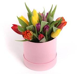 Букет 15 тюльпанов микс в розовой шляпной коробке