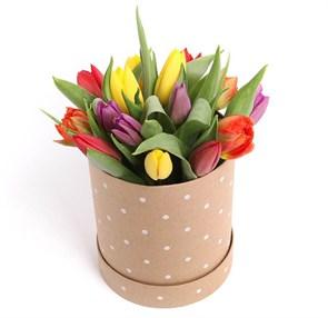 15 тюльпанов микс в шляпной коробке (горошек)