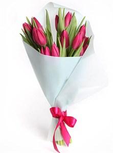 Букет 15 тюльпанов в белой бумаге, малиновые