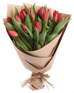Букет 15 тюльпанов в крафтовой бумаге, красные