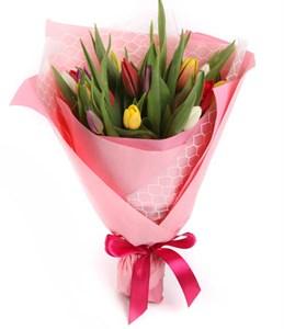 Букет 15 тюльпанов в розовой бумаге, микс